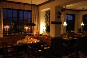 A restaurant or other place to eat at Landhotel Zur Gronenburg