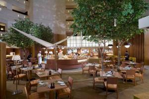 シャングリラズ ファー イースタン プラザ ホテル タイナンにあるレストランまたは飲食店