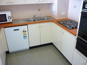 A kitchen or kitchenette at One Bedroom Apartment Sussex I(SUSEX)