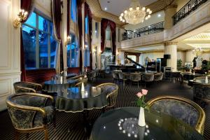 A restaurant or other place to eat at Le Midi Hotel Chitou