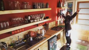 A kitchen or kitchenette at Hostal Treehouse Patagonia