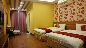 A bed or beds in a room at Sun Moon Lake Crystal B&B