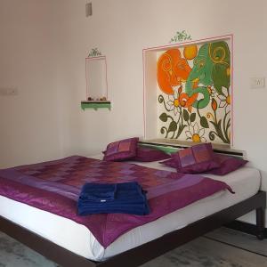 Llit o llits en una habitació de Hari Niwas Guest House