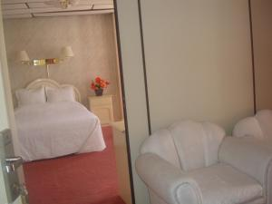 A bed or beds in a room at Glorieta Hotel