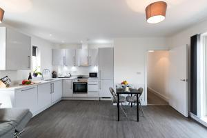A kitchen or kitchenette at Abodebed Oval View Apartments