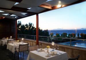Elite Suites by Rhodes Bay tesisinde bir restoran veya yemek mekanı