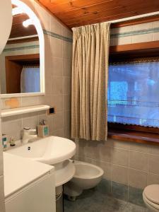 A bathroom at Living Brenta Apartment