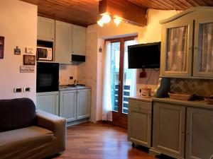 A kitchen or kitchenette at Living Brenta Apartment