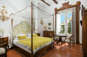 A bed or beds in a room at Hotel Palazzo Murat