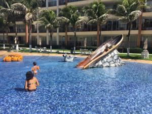 A piscina localizada em Beach Living Apartments ou nos arredores