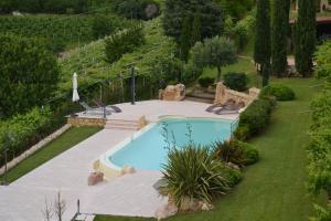 Vista sulla piscina di Corte Tamellini o su una piscina nei dintorni
