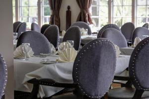 A restaurant or other place to eat at Best Western Calcot Hotel