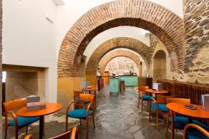 The lounge or bar area at Hospedería Puente de Alconétar