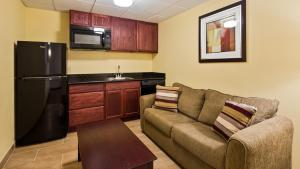 A kitchen or kitchenette at Best Western Airport Inn & Suites Cleveland