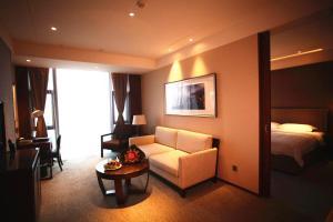 A seating area at Zhongjian Yanqi Lake View Hotel