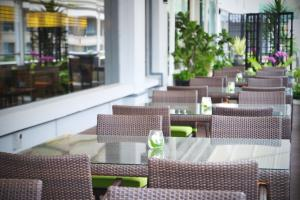 A restaurant or other place to eat at Peninsula Excelsior Hotel