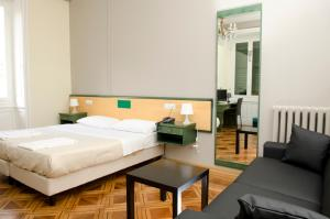 A bed or beds in a room at Hotel Suisse