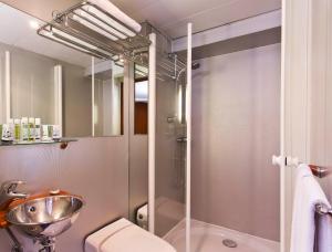 A bathroom at VIP Paris Yacht Hôtel