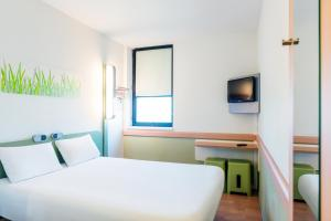 A bed or beds in a room at ibis budget Leuven Centrum