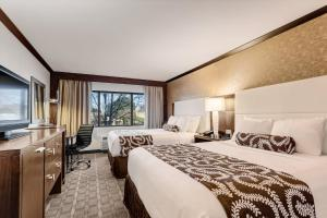 A bed or beds in a room at Crowne Plaza Hotel Foster City-San Mateo, an IHG Hotel