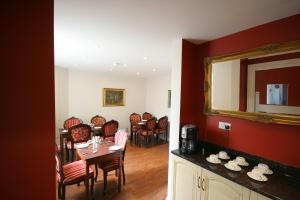 A restaurant or other place to eat at Highclere Hotel
