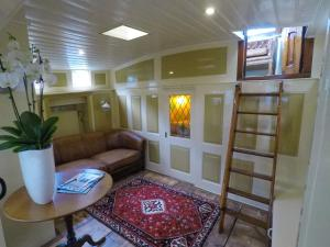 A seating area at Boutique Houseboat Johanna