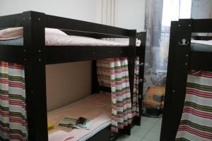 Двухъярусная кровать или двухъярусные кровати в номере Лайк Хостел Тольятти