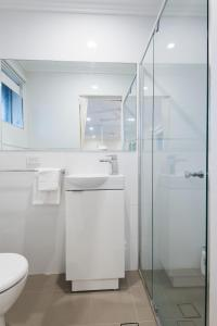 A bathroom at 3 Bedroom Dee Why Beachview Apartment Near Manly