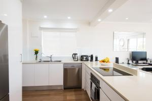 A kitchen or kitchenette at 3 Bedroom Dee Why Beachview Apartment Near Manly