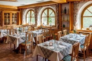 Ein Restaurant oder anderes Speiselokal in der Unterkunft Edelfinger Hof