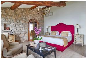 A bed or beds in a room at La Chèvre d'Or