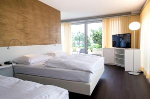 A bed or beds in a room at Parkhotel Zug