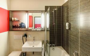 A bathroom at Mercure Hotel Würzburg am Mainufer