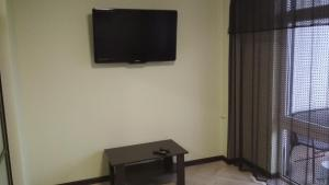Телевизор и/или развлекательный центр в Апартаменты у песчаного пляжа