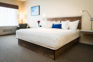 A bed or beds in a room at Harbor 360 Hotel Seward