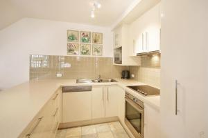 A kitchen or kitchenette at 10 Alderly