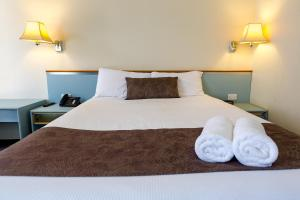 A bed or beds in a room at Abcot Inn