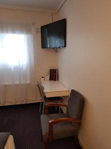 A television and/or entertainment center at Morphett Arms Hotel