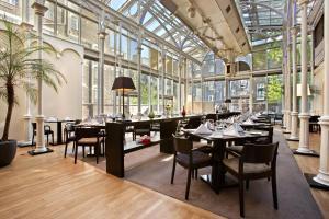 Un restaurante o sitio para comer en Hilton London Euston