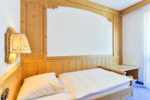 A bed or beds in a room at Hotel Fischerwirt