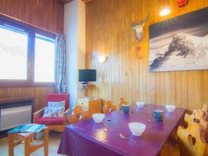 A restaurant or other place to eat at Apartment Le Curling B-21