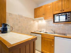 A kitchen or kitchenette at Apartment Le Curling B-21