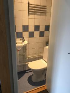 A bathroom at Vandrarhem Svanen