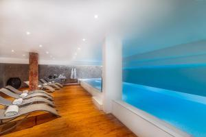 The swimming pool at or close to Hôtel Montaigne & Spa