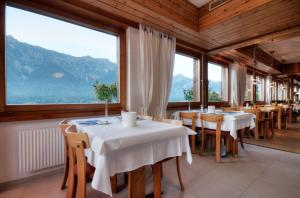 A restaurant or other place to eat at Hotel Brienzersee