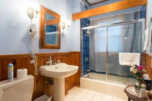 A bathroom at The Coolidge Corner Guest House: A Brookline Bed and Breakfast