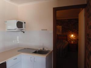 A kitchen or kitchenette at Kinross Inn