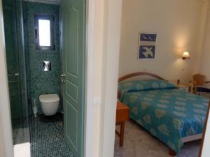 A bathroom at Yakinthos Hotel