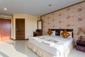 سرير أو أسرّة في غرفة في فندق سورين صن سيت