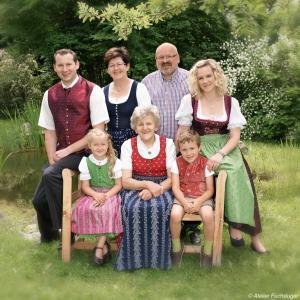 Eine Familie, die in der Unterkunft Perbersdorfer Heuriger übernachtet